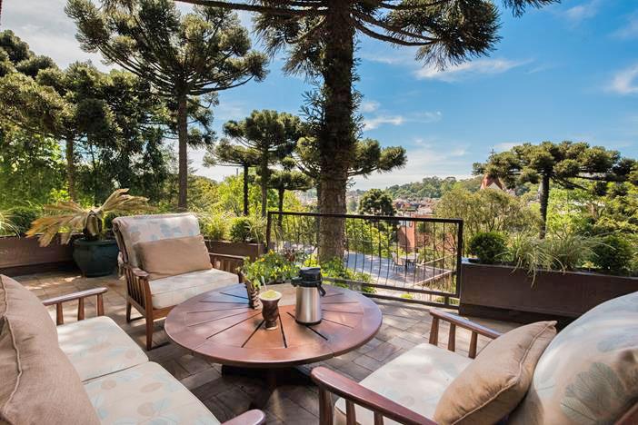 Ambientes com mesa e assentos na parte externa resort