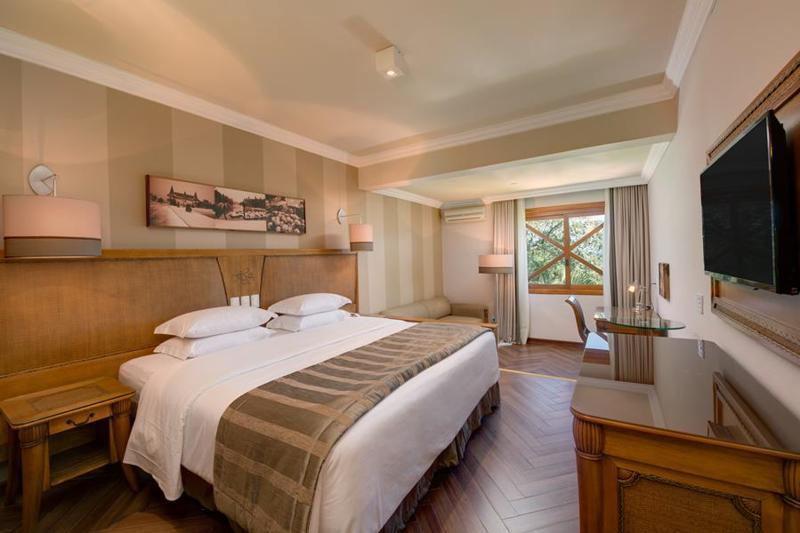 Family Room com detalhes da cama casal