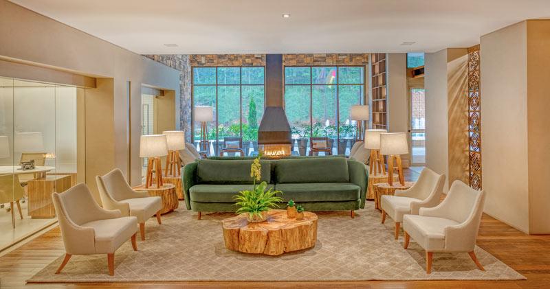 Lobby charme com sofá e poltronas à disposição