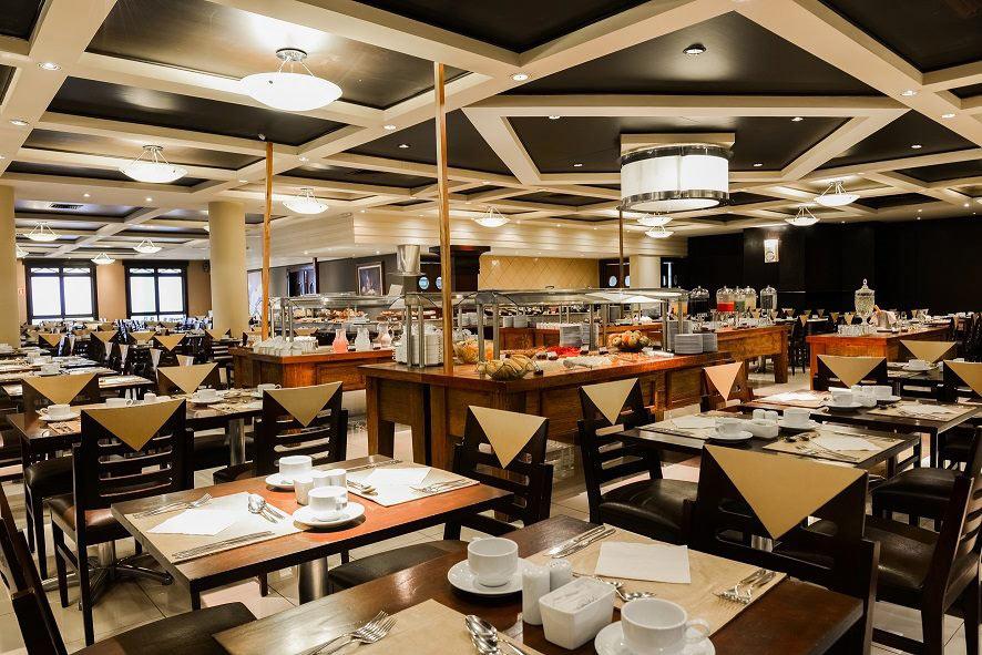 Restaurante jantar com mesas postas