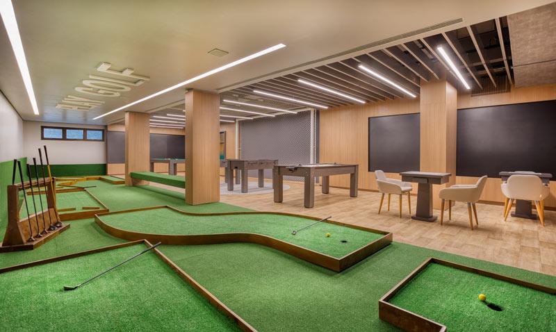 Sala de jogos trazendo uma área coberta e opções para diversão