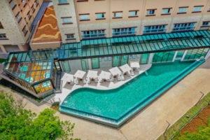 Vista aérea da piscina com borda infinita