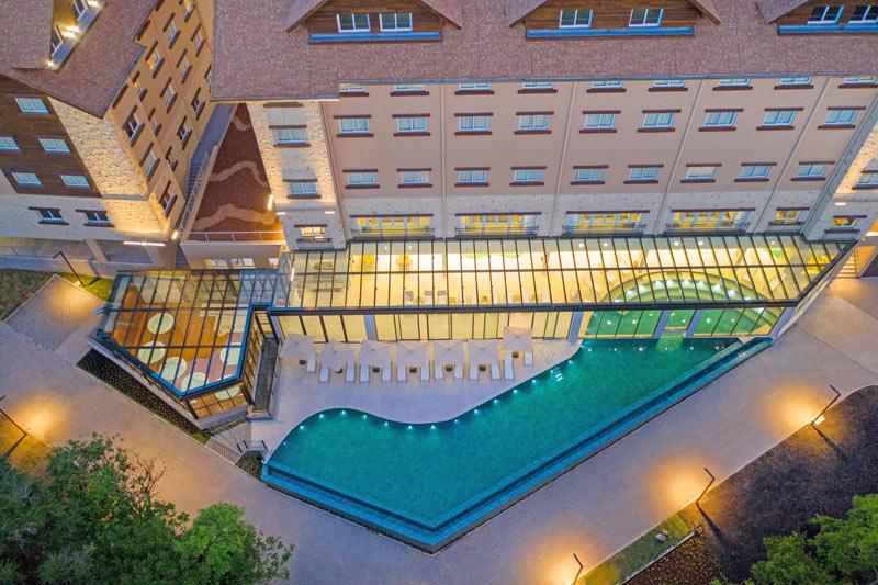 Vista aérea da piscina com detalhes da jacuzzi ao fundo