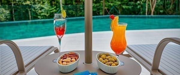 Drinks e petiscos em frente a piscina