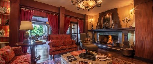 A aconchegante sala de estar do Casa da Montanha, em Gramado