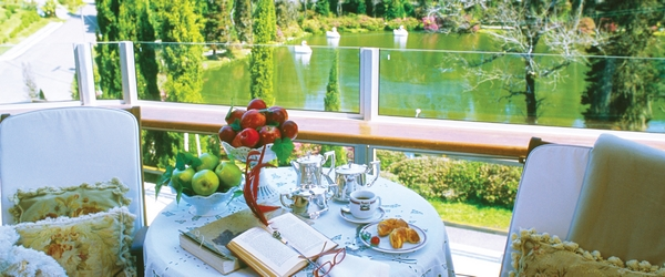 Café da manhã com vista para o Lago Negro no St. Hubertus