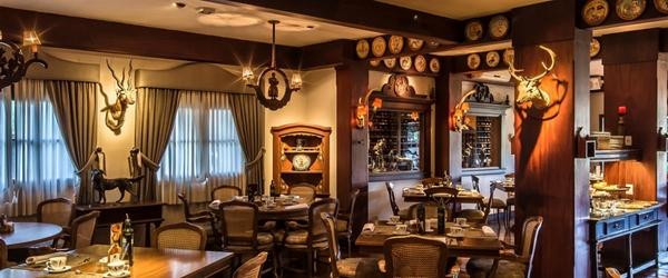 A impressionante decoração do restaurante La Caceria, do Casa da Montanha